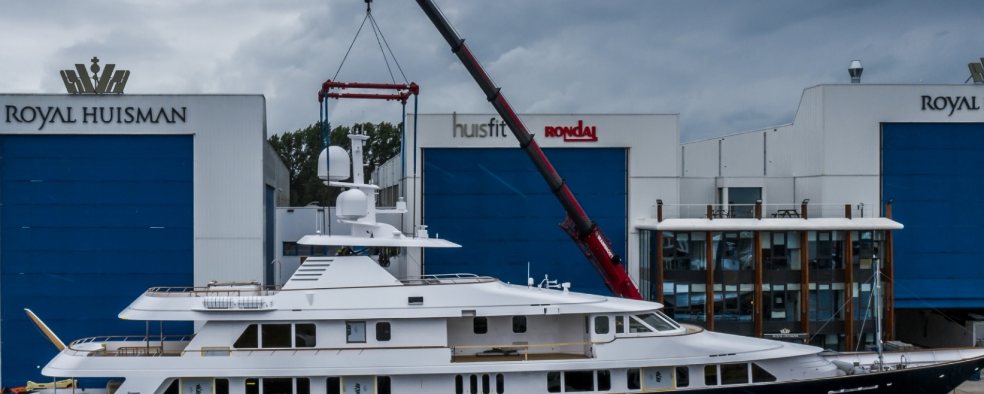 Canopy and mast for yacht Broadwater